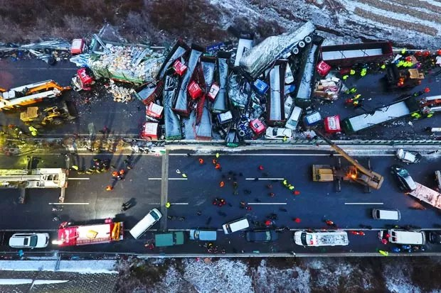 Engavetamento envolvendo 56 veículos e matou 17 na China (Foto: Zhan Yan/Xinhua/AP)
