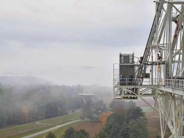 A vista a partir do telescópio GBT: o telescópio menor é operado pela mesma equipe e as montanhas funcionam como uma barreira para os sinais externos (Foto: Emile Holba/ BBC)