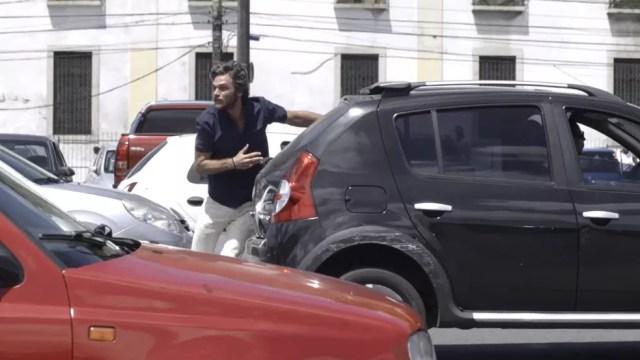 Beto corre no meio dos carros para alcançar Luzia (Foto: TV Globo)