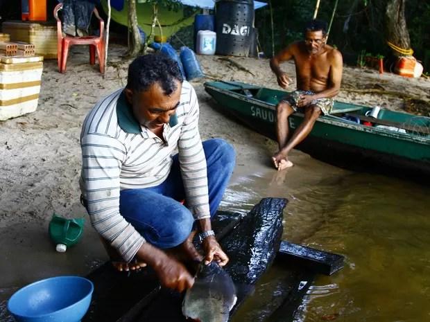 Pescador em acampamento às margens do rio Paraguai (Foto: Divulgação/ Projeto Bichos do Pantanal/Douglas Trent e Juliana Arini)