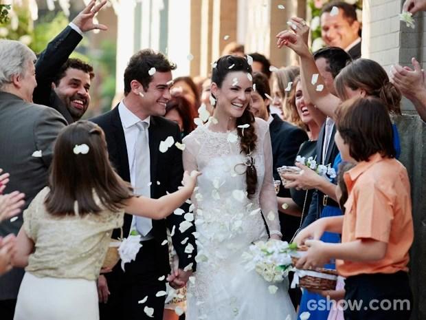Gina e Elias são festejados após o casamento (Foto: Pedro Curi/TV Globo)