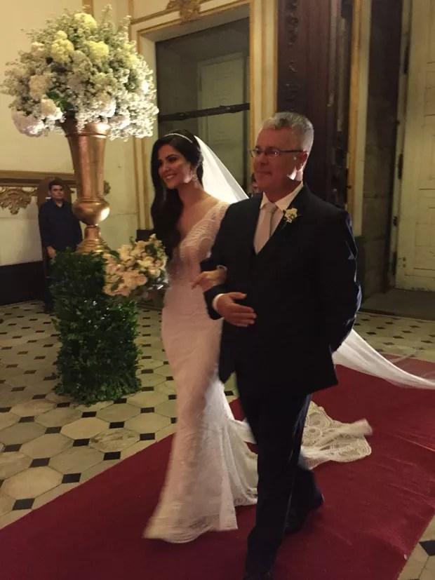 A noiva, Paula Aires, entrando com o pai na igreja (Foto: QUEM/Ed. Globo)