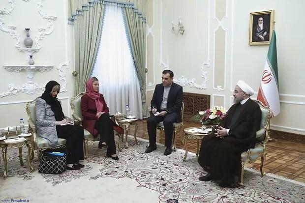Representantes europeias Helga Schmid (à esq.) e Federica Mogherini se encontram com o presidente do Irã, Hassan Rouhani, em 28 de julho  (Foto: Iranian Presidency Office via AP)