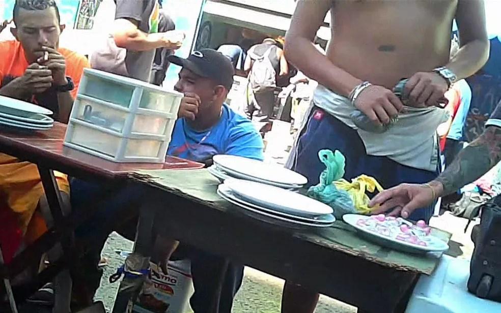 SPTV flagra venda de drogas na Cracolândia  (Foto: TV Globo/Reprodução)