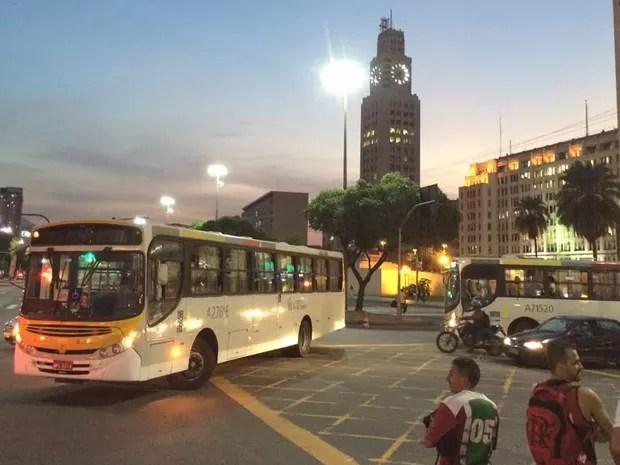 Ônibus entra na contramão para fugir de protesto (Foto: Marcelo Elizardo/G1)