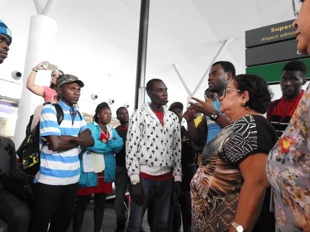 Haitianos reuniram com diretora da Secretaria de Justiça, Direitos Humanos e Cidadania (Sejusc) (Foto: Ive Rylo/G1 AM)