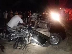 Acidente enter carro e ônibus causou a morte de duas pessoas (Foto: Divulgação / Polícia Militar)