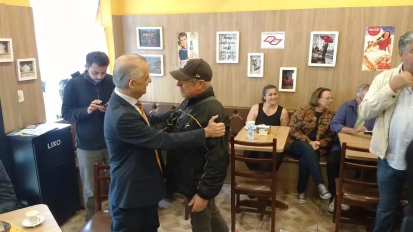 Candidato Márcio França cumprimenta eleitores em Guararema — Foto: Maiara Barbosa/G1