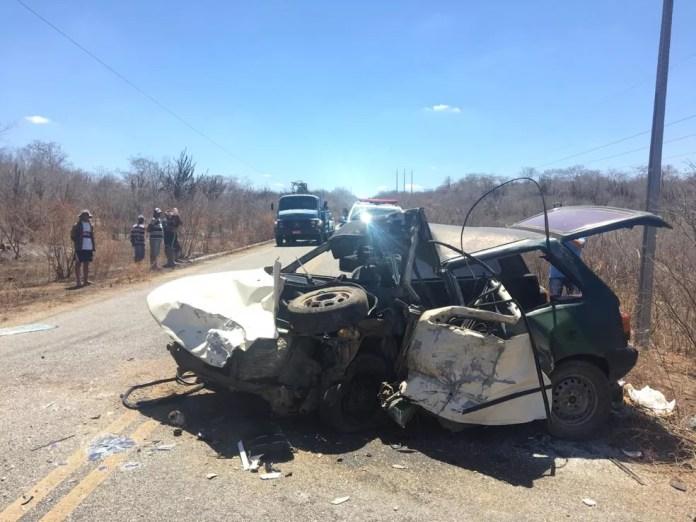Acidente entre carro e caminhão da banda Cavaleiros do Forró aconteceu na PB-108, no Agreste da Paráiba — Foto: Felipe Valentim/TV Paraíba
