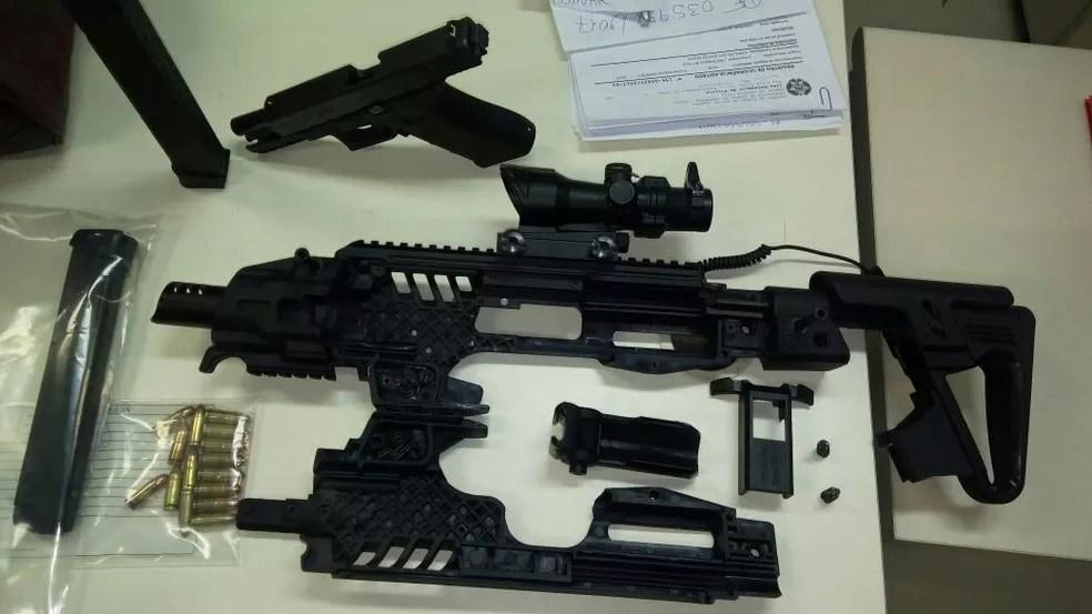 Pistola com carregador de rajada foi apreendida em Santo Antônio de Pádua (Foto: Polícia Militar/Divulgação)