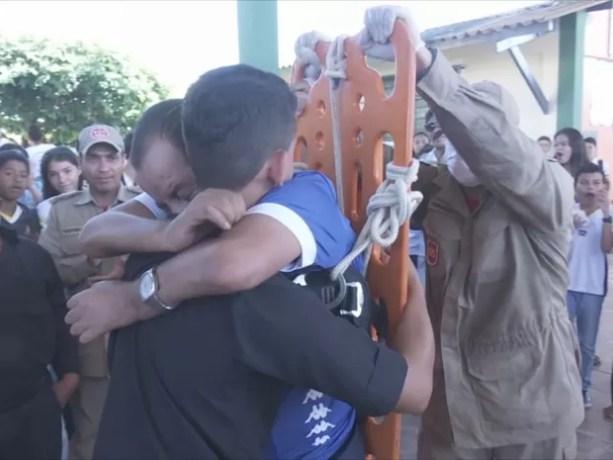 Abraço causou emoção e arrancou aplausos em escola (Foto: Rede Amazônica/ Reprodução)