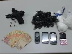 Droga, armas, dinheiro e celulares foram apreendidos (Foto: Genival Moura/G1)