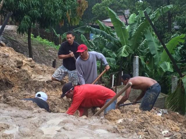 Moradores do Feitosa encontraram um corpo soterrado. (Foto: Carol Sanches/ G1 AL)