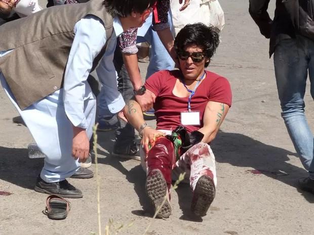 Homem é ferido em atentado em Cabul  (Foto: Stringer/ Reuters)