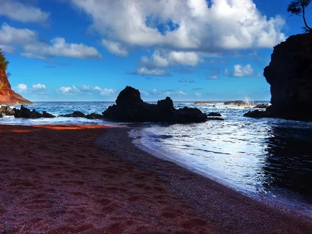 A praia de Kaihalulu Bay, em Hana, no Havaí, tem areia vermelha; roupas são opcionais (Foto: Paul blca/Creative Commons)