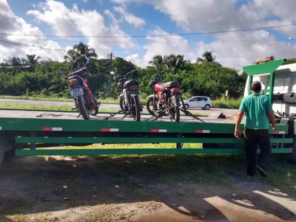 Motocicletas apreendidas pelo BPRv na AL-101 Sul depois de flagrante de direção perigosa — Foto: Divulgação/BRPv-AL