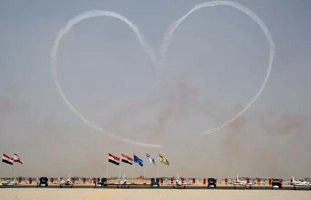 Caças egípcios deixaram um coração no céu feito de fumaça em cerimônia presenciada pelo presidente Mohammed Morsi, na base da Força Aérea, no Cairo, nesta terça (10) (Foto: AP)
