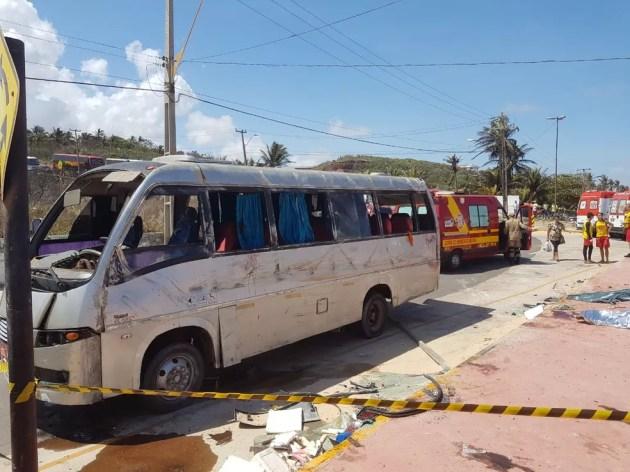 Acidente com micro-ônibus deixa quatro pessoas mortas na Praia do Araçagi.  (Foto: Nelson Melo / Divulgação)