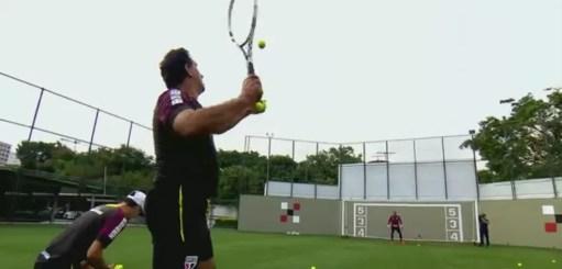 Haroldo com bola e raquete de tênis em treino dos goleiros do São Paulo (Foto: Reprodução TV Globo)