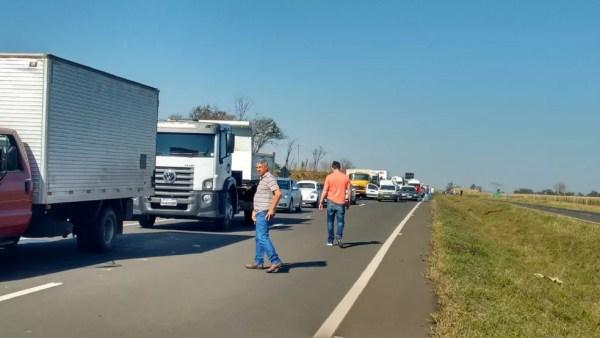 Um congestionamento se formou no local durante o protesto na SP-321 entre Bauru e Arealva (Foto: Fernanda Ubaid / TV TEM )