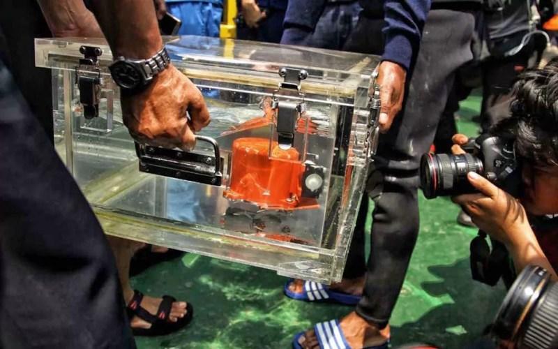 Autoridades mostram caixa preta do avião da Lion Air, recuperada no Mar de Java — Foto: Pradita Utama / AFP