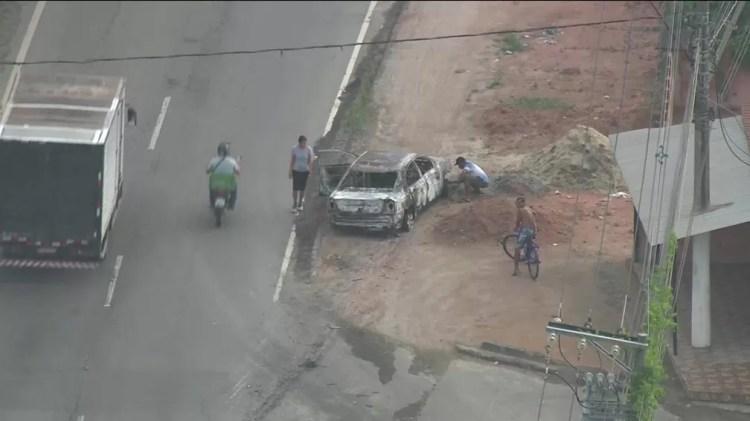 Veículo usado no ataque a um banco em Belford Roxo, na Baixada Fluminense, foi incendiado durante a fuga — Foto: GloboNews/Reprodução