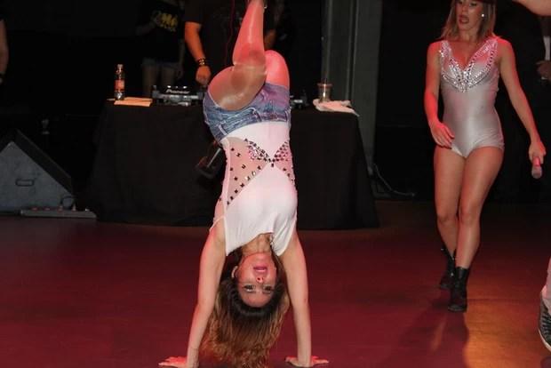 Wanessa fica de cabeça para baixo em show (Foto: Celso Tavares/Divulgação)