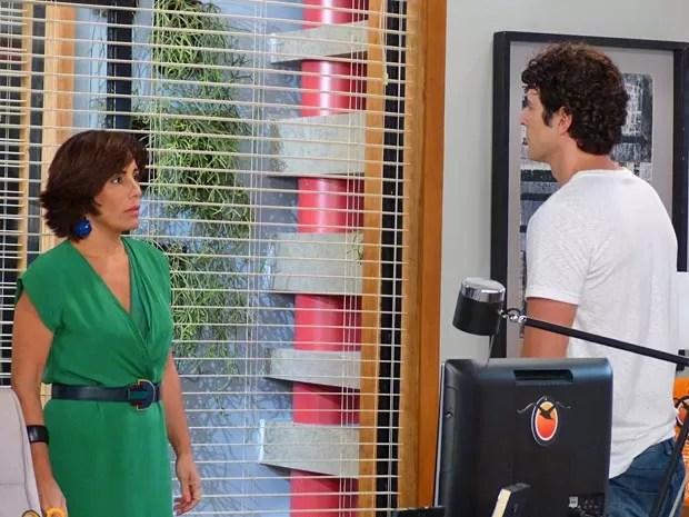 Roberta fica surpresa com a ideia de Nando (Foto: Guerra dos Sexos / TV Globo)