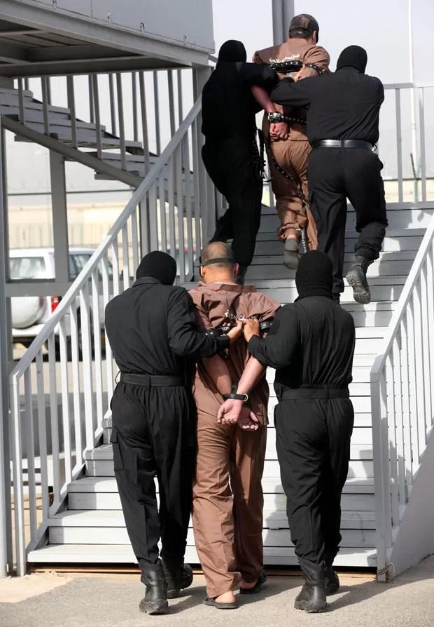Condenados são levados para a execução por forca em local a oeste da Cidade do Kuwait (Foto: Yasser Al-Zayyat/AFP)