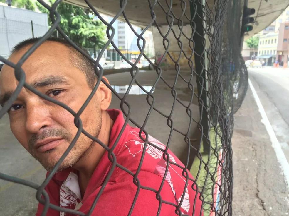 Márcio Carneiro da Silva está morando em quadra de futebol debaixo do viaduto em SP (Foto: Will Soares/G1)