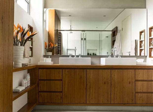 banheiro-madeira-cubas-freijó-gabinete-bancada-flores-apartamento (Foto: Edu Castello/Editora Globo)