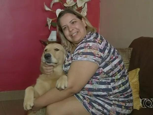 Enfermeira Paula Leal diz que nunca mais se sentiu sozinha após convívio com animais, em Luziânia, Goiás (Foto: Reprodução/TV Anhanguera)