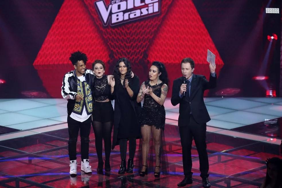 Tiago Leifert comemora ao lado dos finalistas do reality musical (Foto: Isabella Pinheiro/Gshow)