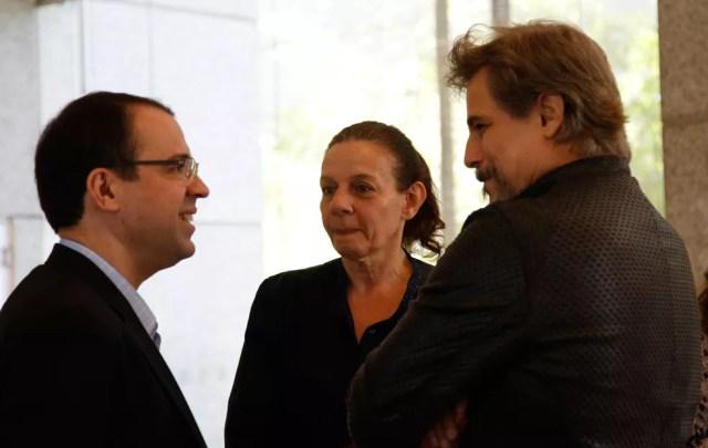O autor Mario Teixeira reunido com os atores Rosi Campos e Edson Celulari (Foto: Marina Pirozi/Gshow)