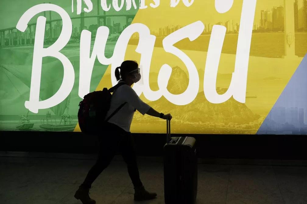 Viajante carrega suas malas no aeroporto Internacional de Guarulhos, em São Paulo, na segunda-feira (25)  — Foto: Amanda Perobelli/ Reuters