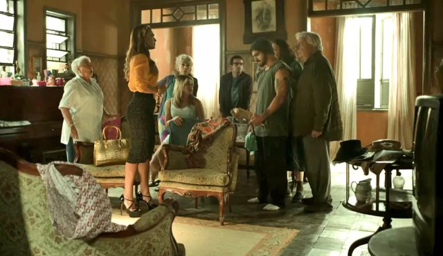 Maria da Paz (Juliana Paes) vai até a casa de Rock (Caio Castro) para tirar satisfação, em 'A Dona do Pedaço' — Foto: TV Globo