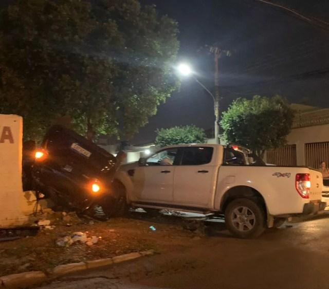 Caminhonete atingiu carro de passeio em cruzamento em Várzea Grande (MT) — Foto: Divulgação