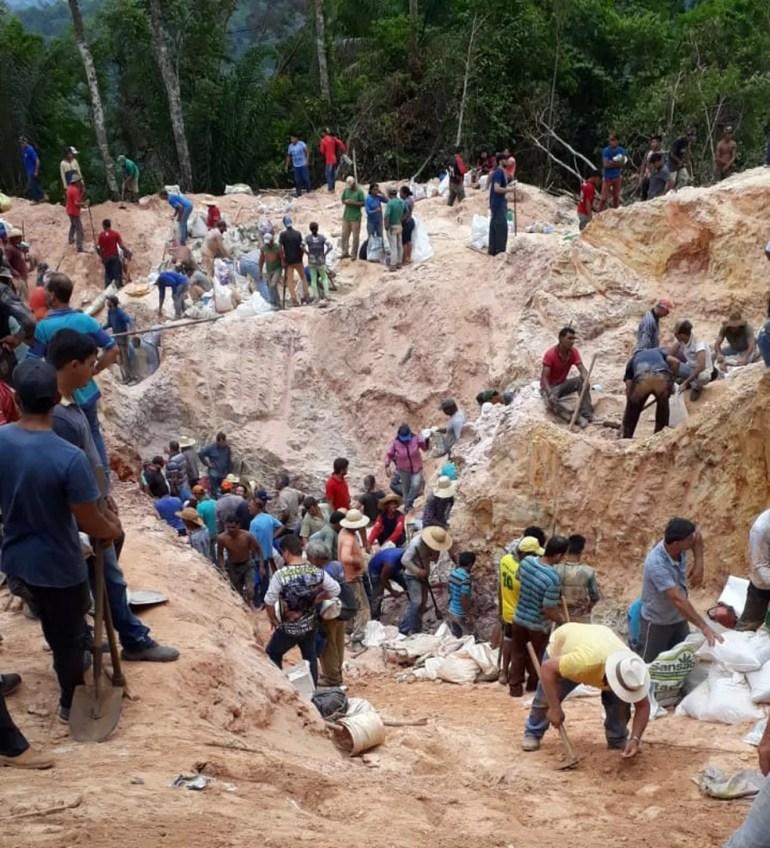 Pessoas em busca de ouro em garimpo ilegal — Foto: Divulgação