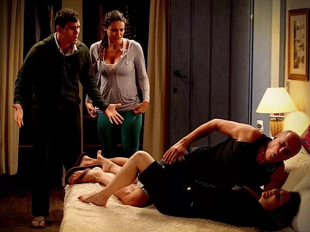 A cama quebra e o barulho atrai Adauto e Tessália para o quarto (Foto: Avenida Brasil / TV Globo)