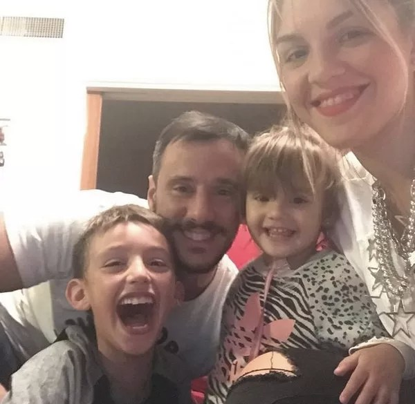 A atriz mexicana Nadia di Cello com o marido e os filhos (Foto: Instagram)