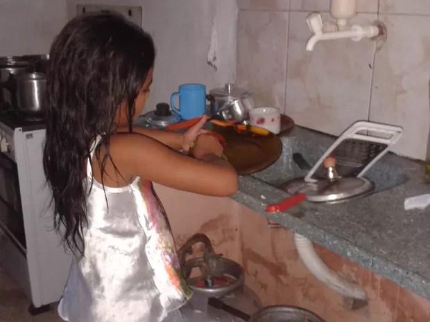 Criança cuida da limpeza da casa e dos irmãos em Teresina (Foto: Gilcilene Araújo/G1)