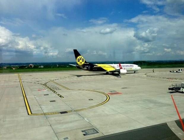 Avião borussia dortmund londres (Foto: Reprodução / Twitter)