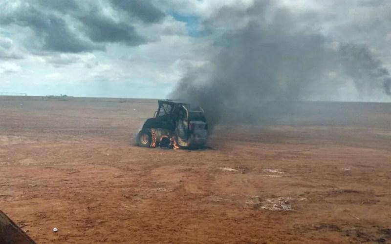 Trator da empresa também foi queimado durante invasão à fazenda no oeste da Bahia (Foto: Divulgação/Abapa)