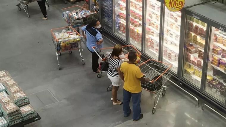 Pessoas utilizam máscaras para fazer compras em supermercados — Foto: Pedro Vitorino/Cedida