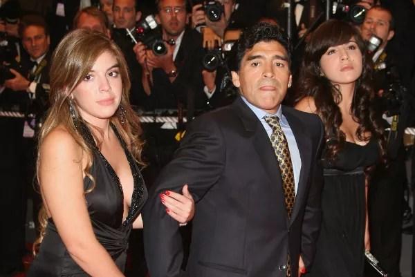 Maradonna com as filhas Dalma e Gianinna  (Foto: Getty Images)