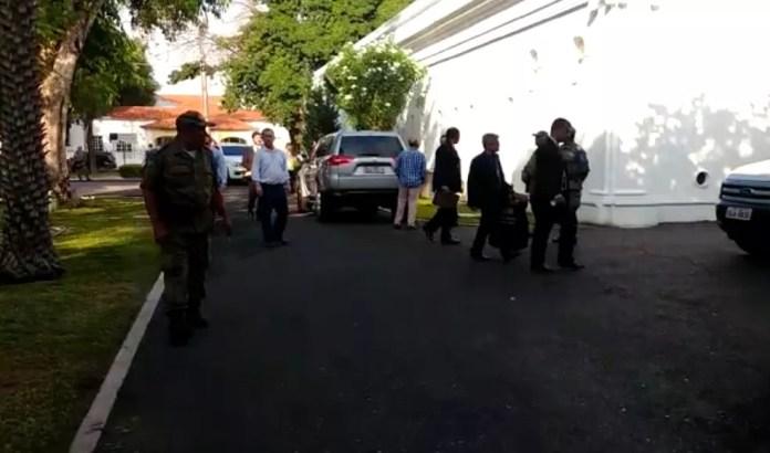 Policiais Federais deixam o Palácio de Karnak.  — Foto: Dalyne Barbosa/TV Clube