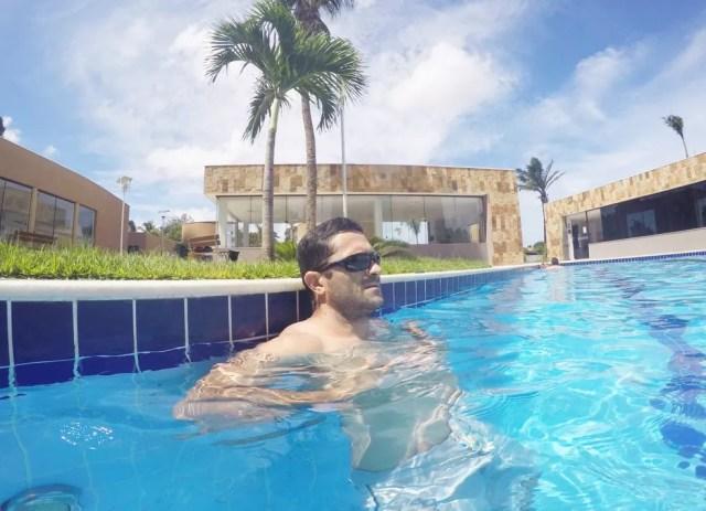 Gleyson Alex de Araújo Galvão deveria estar preso desde 2013, mas aparece em fotos recentes tomando banho de piscina (Foto: Cedida)
