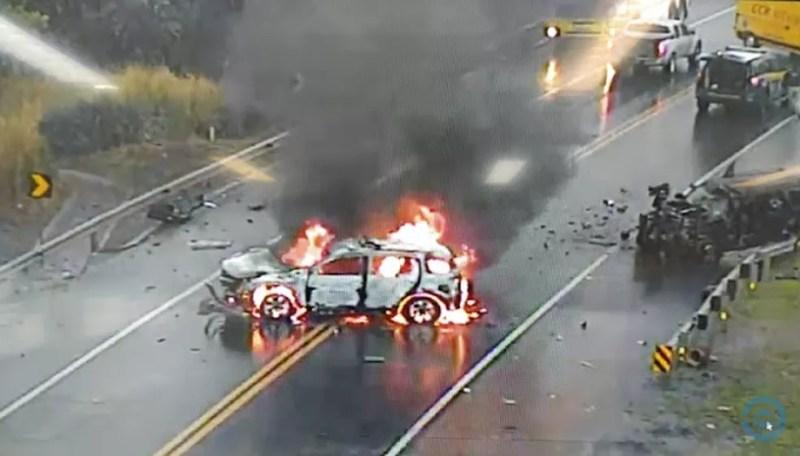 Explosão fez viatura ser consumida pelo fogo. — Foto: Edição MS