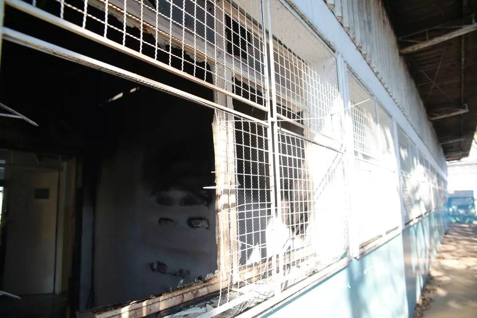 Janela do posto do Miguel Badra, em Suzano, foi arrombada antes de incêndio; segundo a Prefeitura criminosos queriam furtar unidade (Foto: Irineu Junior/Prefeitura de Suzano)