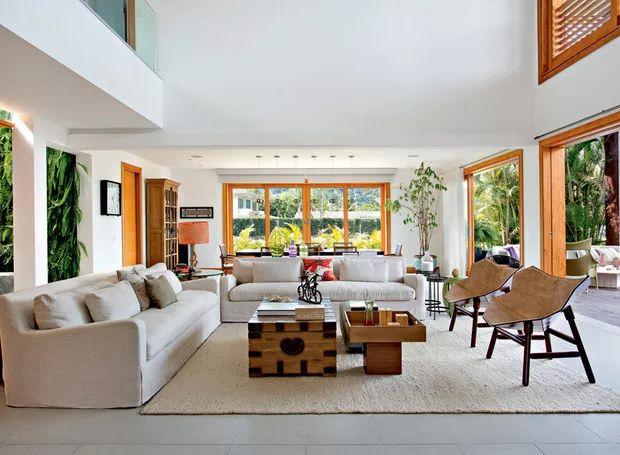 Sala de estar   A área espaçosa traz sofás adquiridos na Restoration Hardware, de Miami, revestidos de linho. Poltronas de couro Exo, assinadas pelo estúdio Fetiche Design, foram encontradas na Finish. Tapete da Avanti (Foto: Juliano Colodeti/MCA Estudio/Divulgação)